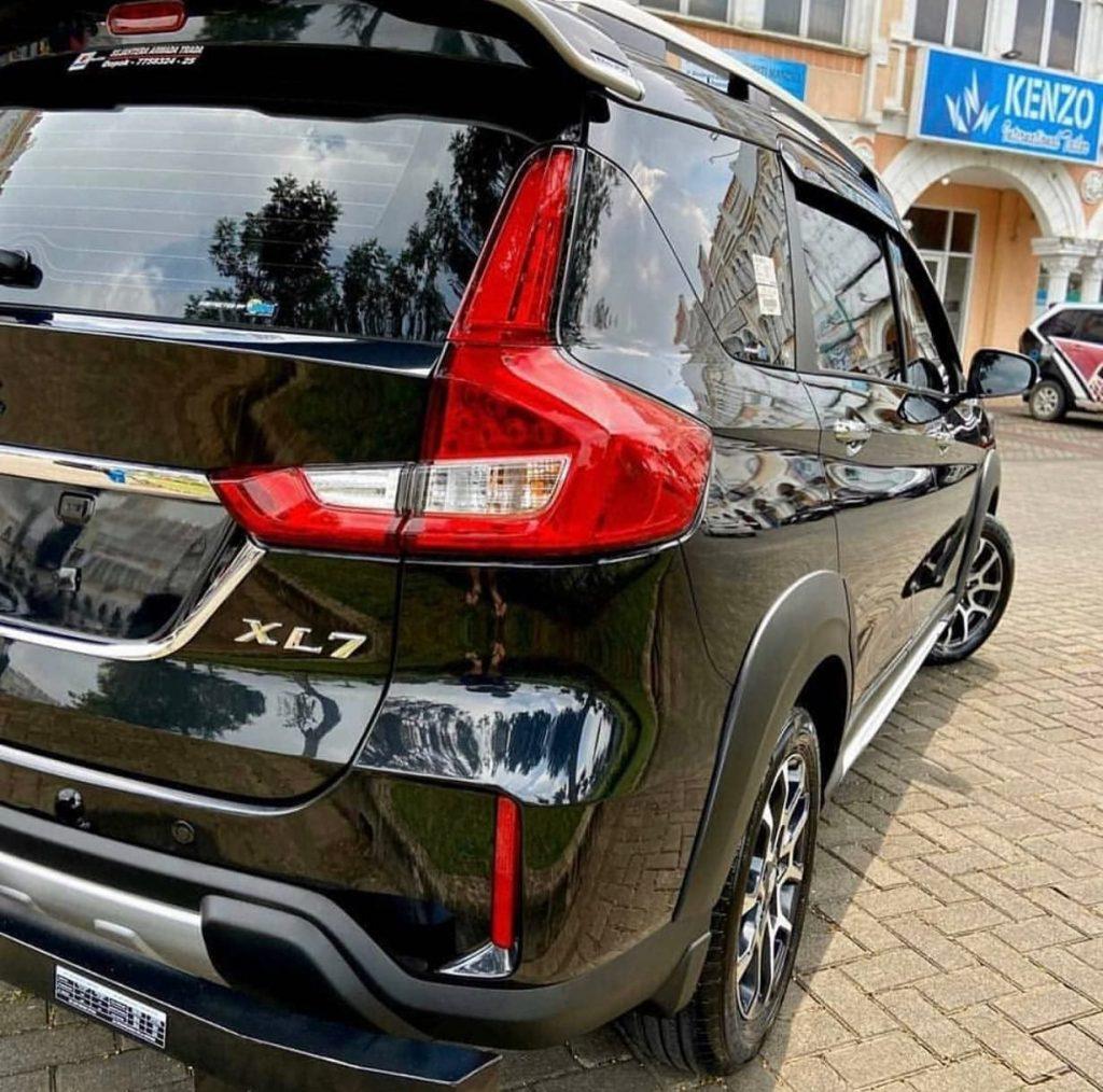Suzuki Xl7 Warna Hitam Tampak Belakang samping